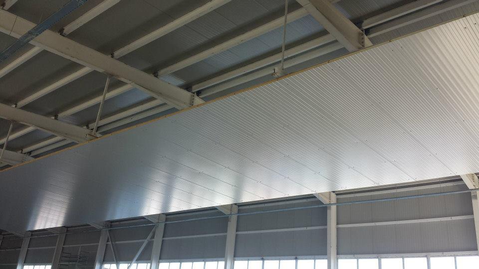 Окачен таван от термопанели на предприятие за преработка, замразяване и консервиране на плодове и зеленчуци на Биофрут 2006 в гр. Лясковец